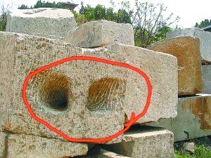 """徐州龟山汉墓墓石上被凿出的""""牛鼻子眼儿"""""""