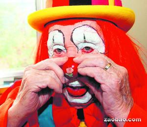 美国95岁男子被评为全球最老小丑从艺80年(图)