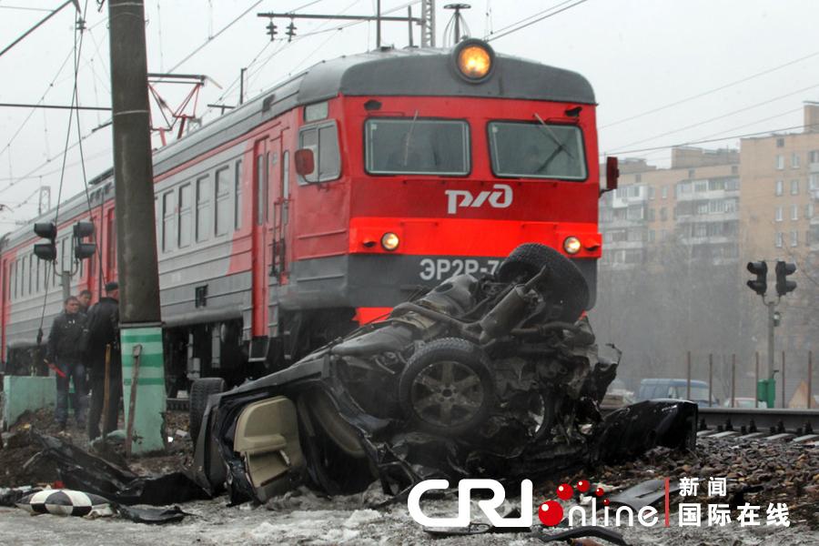 俄罗斯火车站发生交通事故 一辆轿车被毁