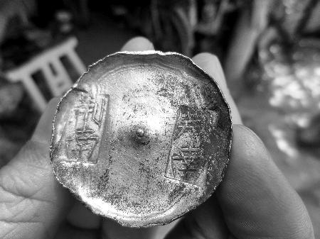 河南一老宅挖出6斤重金元宝