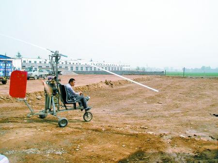 农民由摩托赛艇的发动机改装飞机飞1公里