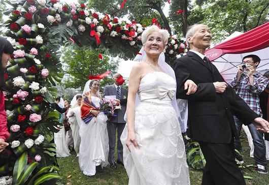 9对古稀夫妇植物园里庆金婚
