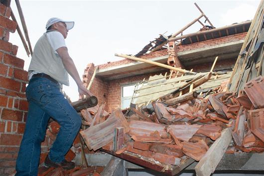 龙卷风突袭黄陂三层小楼只剩一层半