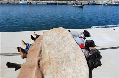 载200人偷渡船利比亚近海沉没 海面漂浮大量尸体